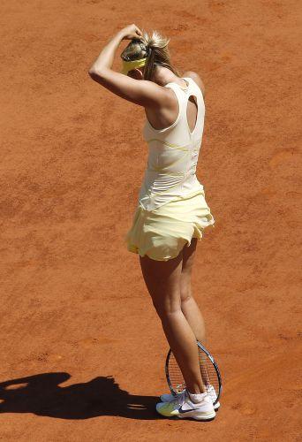 Maria Sharapova se lamenta por erro cometido durante a semifinal do torneio de Roland Garros contra Na Li. Russa perdeu por por 2 sets a 0 (parciais de 6-4 e 7-5)