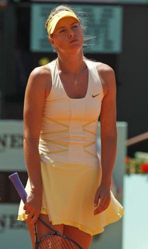 Maria Sharapova cometeu muitos erros no primeiro set, esboçou reação, mas viu a chinesa Na Li fechar em 6-4