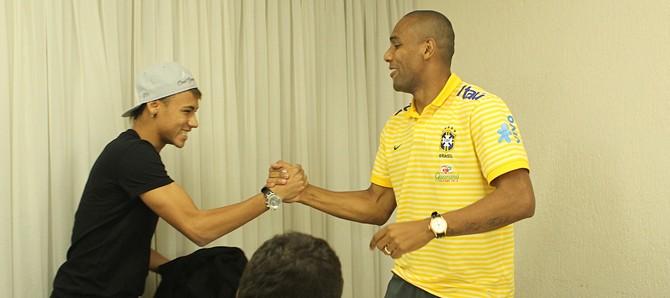Neymar, que chegou atrasado a Goiânia por causa do jogo do Santos na Libertadores, cumprimenta o lateral Maicon, mais uma vez lembrado por Mano Menezes.