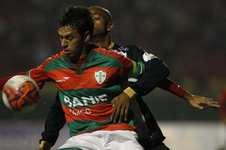 Marco Antônio e Vinícius disputam jogada no duelo entre Portuguesa e ABC