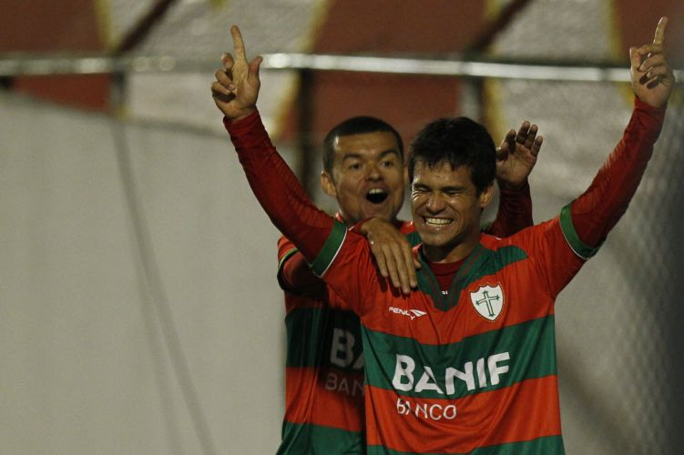 Marcelo Cordeiro comemora gol da Portuguesa com Rogério no primeiro tempo do confronto