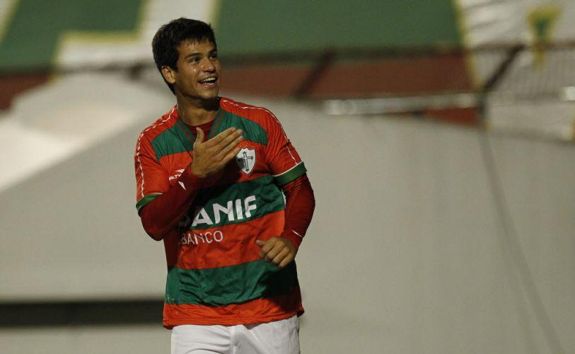 Rogério anotou o segundo gol da Portuguesa no cofnronto, mas o ABC foi para o intervalo vencendo por 3 a 2