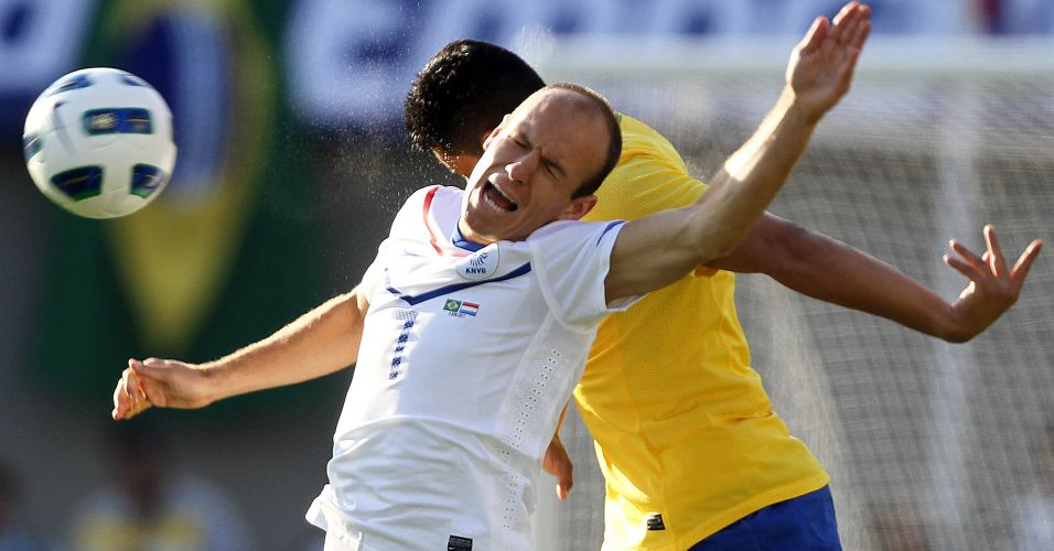 Robben faz careta durante disputa aérea no empate por 0 a 0 no amistoso entre Brasil e Holanda em Goiânia