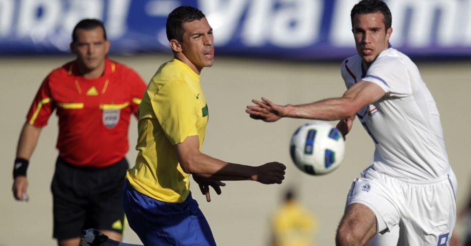 Lúcio faz a marcação no atacante Van Persie durante o empate por 0 a 0 no amistoso da seleção contra a Holanda