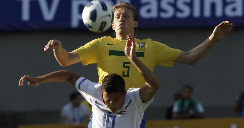 Lucas Leiva disputa bola pelo alto durante empate por 0 a 0 no amistoso contra a Holanda no Serra Dourada