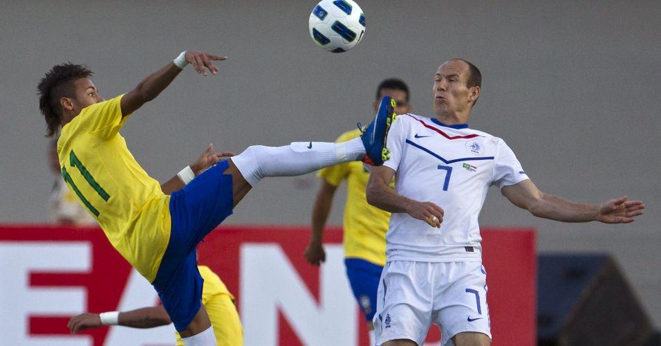 Neymar levanta o pé diante de Robben durante empate por 0 a 0 no amistoso entre Brasil e Holanda no Serra Dourada