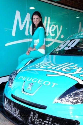 Modelo posa para foto antes da prova da Stock Car em Campo Grande