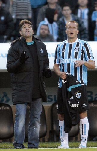 Renato Gaúcho conversa com o meia gremista Marquinhos antes de colocá-lo na partida contra o Bahia