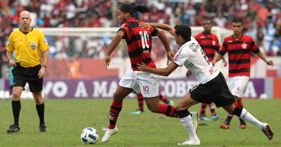 Ronaldinho Gaúcho se livra da marcação do lateral Weldinho