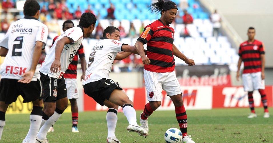 Ronaldinho Gaúcho é marcado de perto por três corinthianos