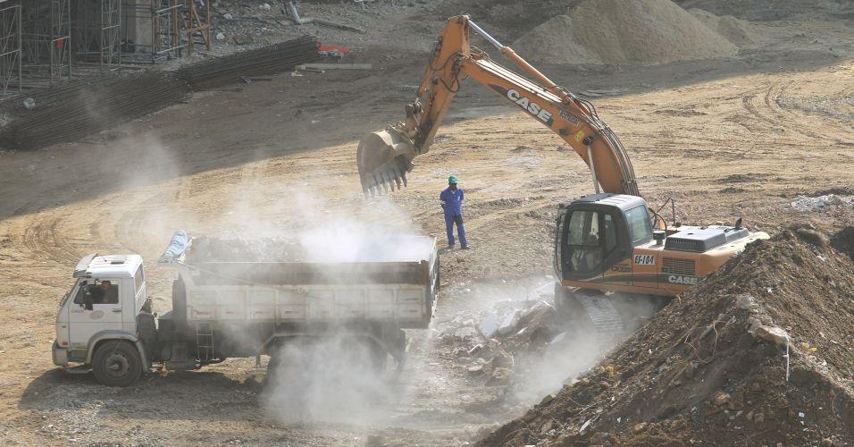 Escavadeiras trabalham nas obras do Maracanã