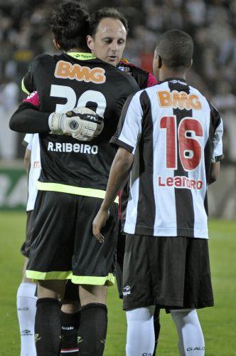 Rogério Ceni é cumprimentado antes da partida entre São Paulo e Atlético-MG, em que o goleiro completou 100 partidas consecutivas; equipe paulista venceu por 1 a 0 e lidera o Brasileiro