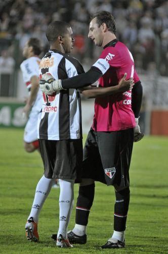 Rogério Ceni é cumprimentado antes da partida entre São Paulo e Atlético-MG, em que o goleiro completou 100 partidas consecutivas