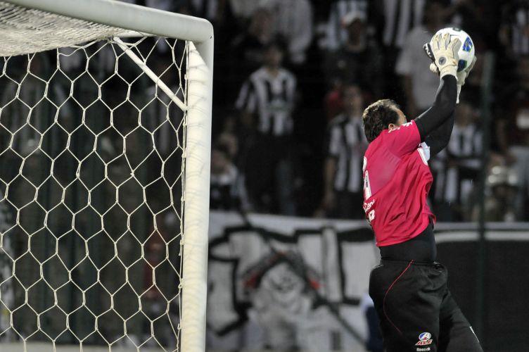 Rogério Ceni faz defesa durante a partida contra o Atlético-MG; mineiros pressionaram, mas não conseguiram evitar a derrota por 1 a 0