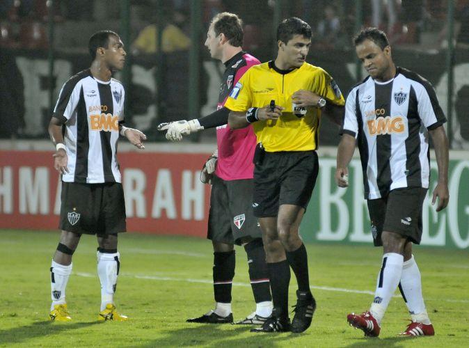 Rogério Ceni conversa com o ex-companheiro de São Paulo Richarlyson, do Atlético-MG, na vitória do time tricolor
