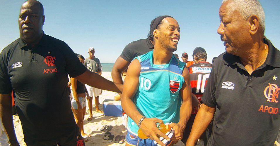 Ronaldinho Gaúcho é cercado pelos seguranças do Flamengo em treino na Praia do Recreio