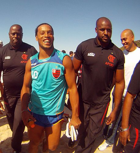 Ronaldinho Gaúcho é cercado pelos seguranças do Flamengo após assédio de torcedores em treino na Praia do Recreio