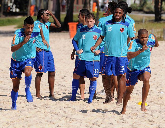 Usando meias, Léo Moura corre durante treino físico do Flamengo na Praia do Recreio