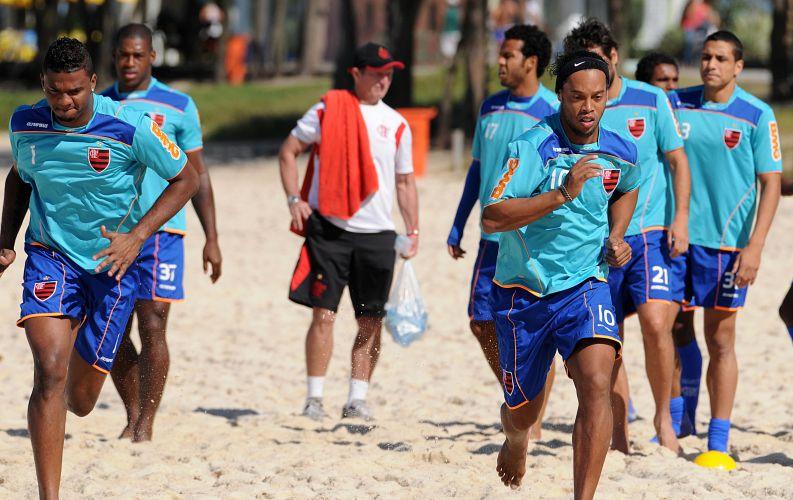 Felipe e Ronaldinho Gaúcho correm na Praia do Recreio em treino físico do Flamengo