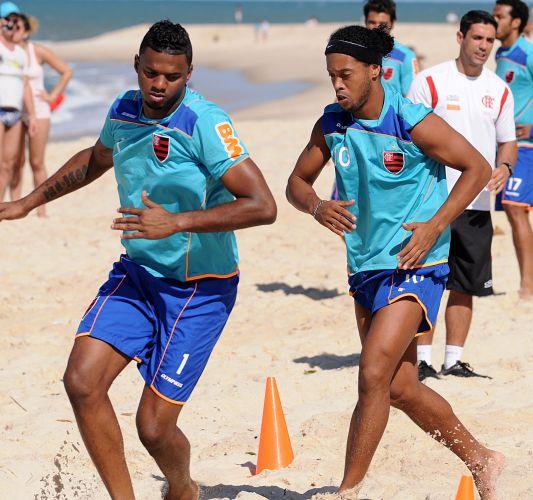 Felipe e Ronaldinho Gaúcho fazem treino físico na Praia do Recreio com o time do Flamengo