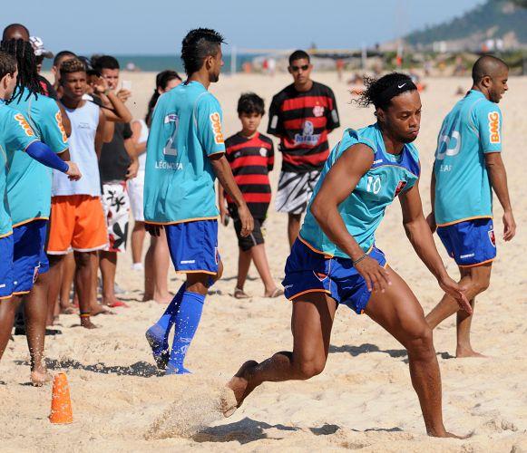 Ronaldinho Gaúcho corre durante treino físico na Praia do Recreio com o time do Flamengo