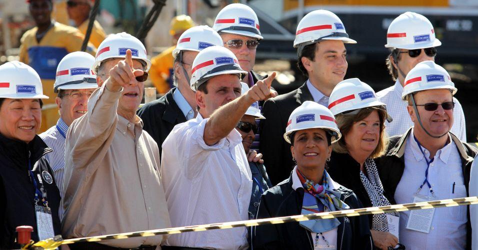 Presidente da comissão de coordenação do COI para os Jogos do Rio-2016, Nawal El Moutawakel observa obras ao lado de Carlos Arthur Nuzman, presidente do COB, e Eduardo Paes, prefeito do Rio de Janeiro