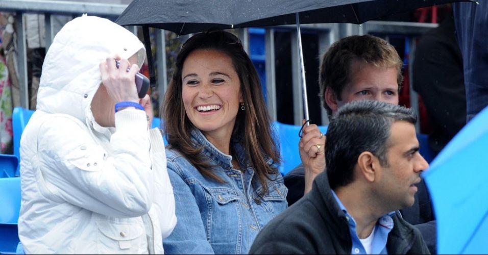 Pippa Middleton, irmã da duquesa britânica Kate, aguarda a chuva para a volta das partidas em Queen's