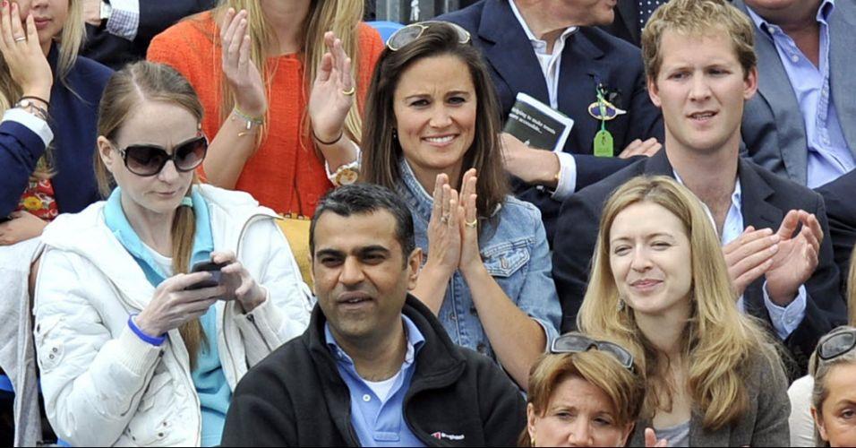 Pippa Middleton, irmã da duquesa britânica Kate, aplaude ponto durante a vitória de Andy Murray sobre Janko Tipsarevic