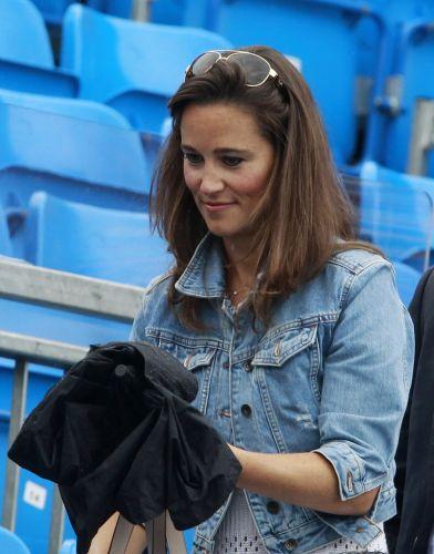 Pippa Middleton, irmã da duquesa britânica Kate, usa guarda-chuva em Londres durante o Torneio de Queen's