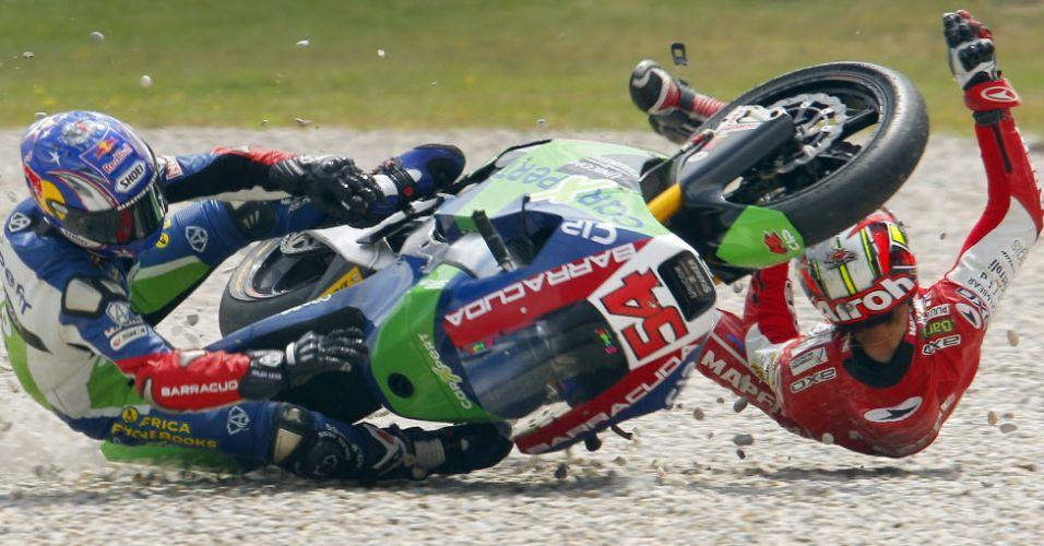 Julian Simon e Kenan Sofuoglu se envolvem em acidente logo nas primeiras voltas do GP da Catalunha na Moto2 ; Simon fraturou a tíbia e a fíbula com o acidente