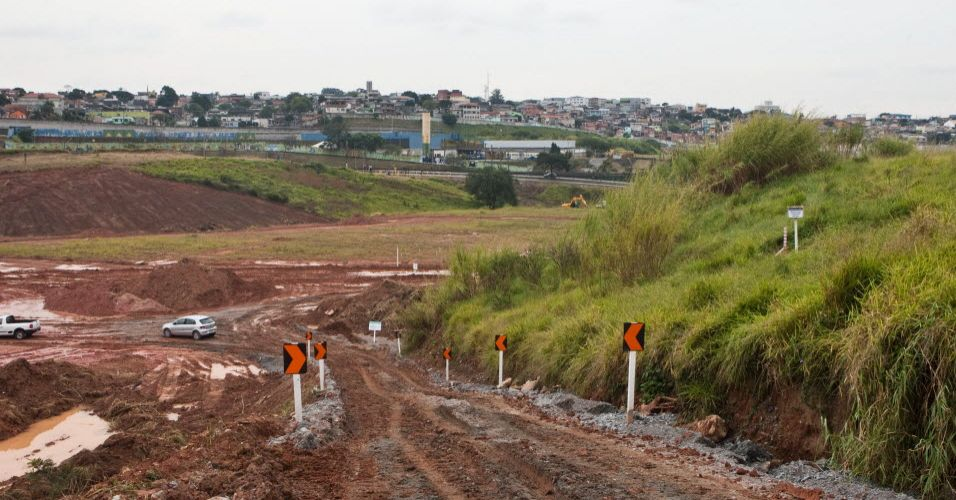 Terreno do futuro estádio do Corinthians, em Itaquera, zona leste da capital, mostra placa onde será o meio do campo do futuro estádio
