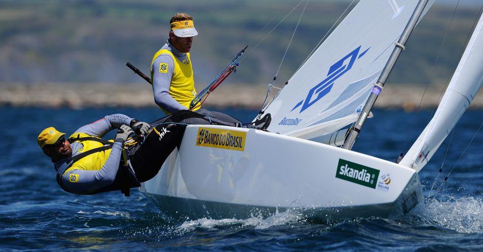 Robert Scheidt e Bruno Prada em ação para faturar o ouro no sexto dia de regata