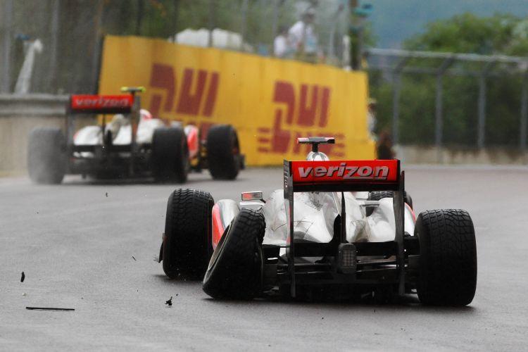 Imagem da suspensão traseira esquerda quebrada de Lewis Hamilton após o toque em Jenson Button no início da prova.
