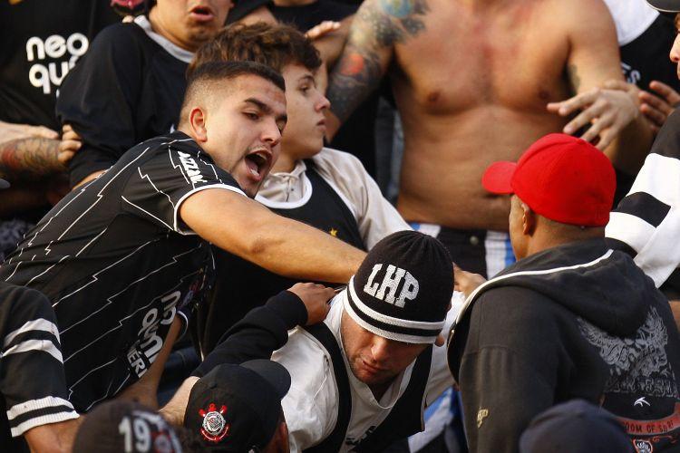Torcedores do Corinthians brigaram entre si nas arquibancadas do Pacembu