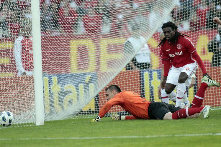 Tinga e Renan lamentam gol sofrido pelo Inter no empate por 2 a 2 com o Palmeiras