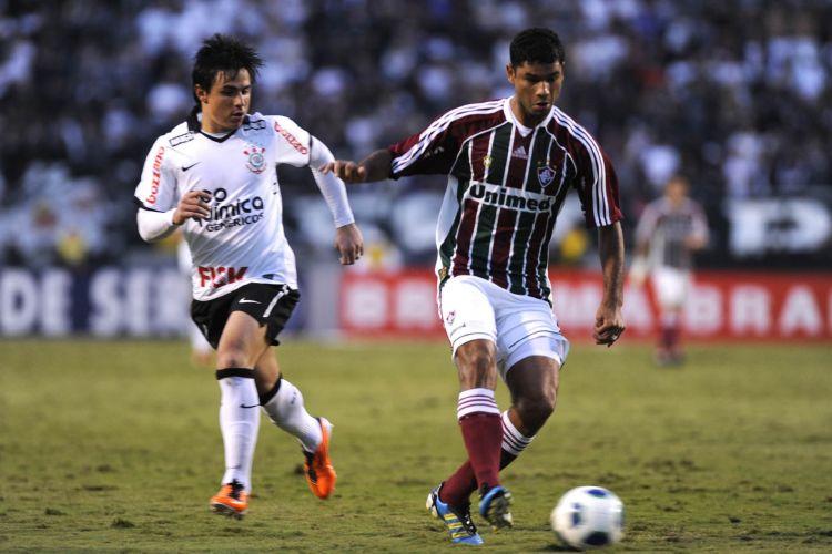 William, grande destaque da partida, com dois gols, observa de perto o zagueiro Gum, do Fluminense