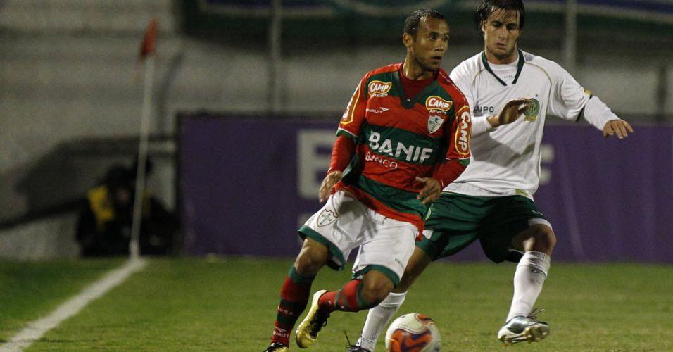 Jogadores de Portuguesa e Guarani correm pela bola durante jogo válido pela quinta rodada da Série B no Canindé