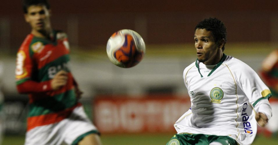 Fábio Souza, do Guarani, tenta dominar a bola durante a partida contra a Portuguesa válida pela quinta rodada da Série B no Canindé
