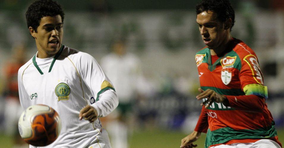 Felipe e Marco Antônio disputam a bola durante a partida entre Portuguesa e Guarani no Canindé