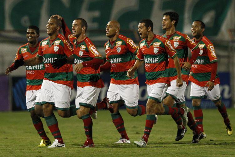 Jogadores da Portuguesa comemoram o primeiro gol do time contra o Guarani, marcado por Jael