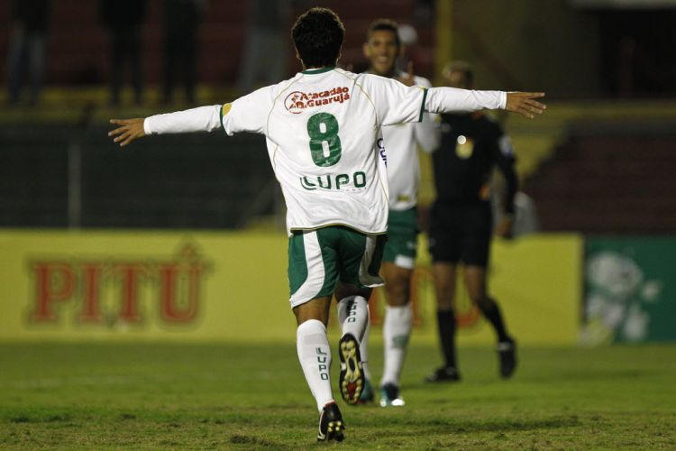 Felipe comemora ao marcar o gol de empate do Guarani contra a Portuguesa no Canindé