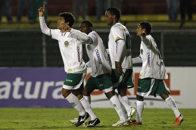 Jogadores do Guarani comemoram o gol de Felipe contra a Portuguesa no Canindé