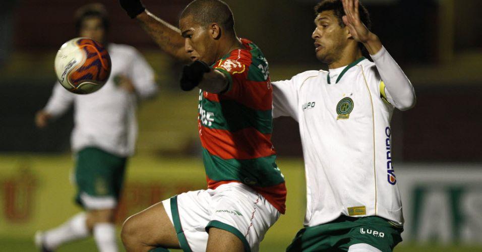 Jael e Fernandão disputam a bola durante jogo da Portuguesa contra o Guarani no Canindé