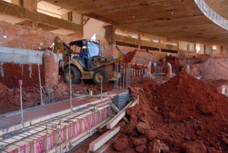 Trabalhador em ação na obra do Mineirão, que sofreu uma greve parcial dos trabalhadores nesta quarta-feira. Os funcionários exigem melhores condições e aumentos de salários.