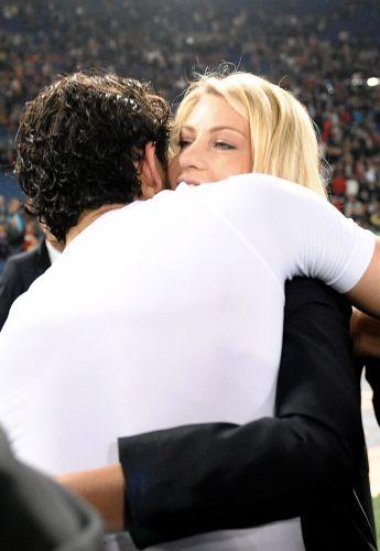 Casal de namorados se abraça depois do título do Milan no Campeonato Italiano de 2011