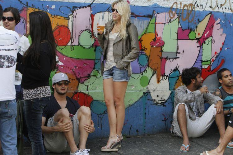 O casal se disfarça para poder curtir uma cerveja nos bares do Rio de Janeiro. Fotógrafos, contudo, seguem atrás dos dois