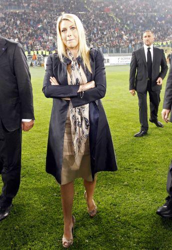 Barbara Berlusconi desce até o campo depois do título do Milan no Campeonato Italiano