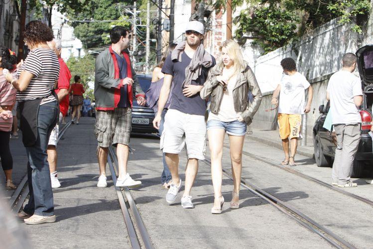 Casal passeia pela ruas de Santa Tereza, no Rio de Janeiro