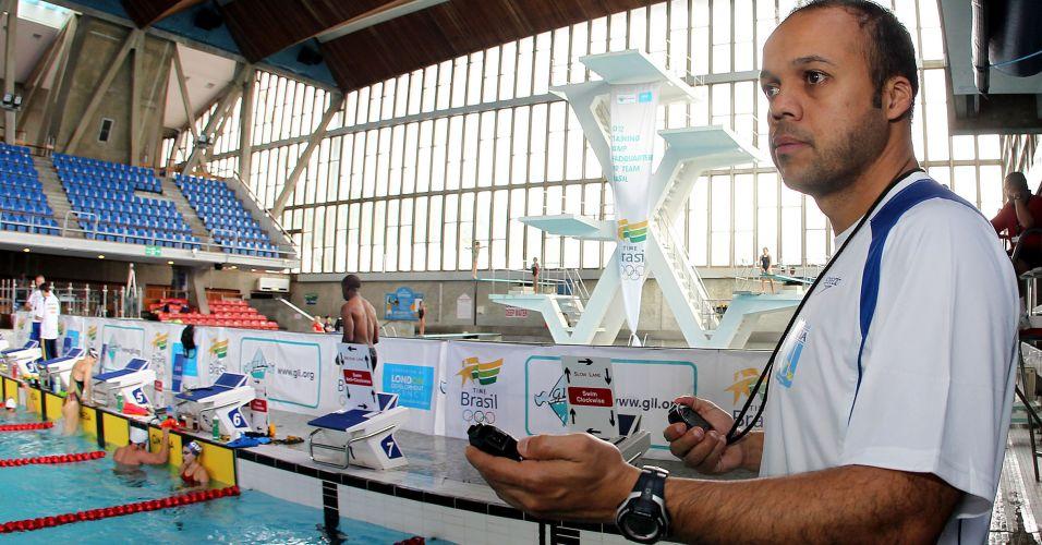 Arilson Silva, técnico da delegação brasileira no Centro Esportivo Crystal Palace, em Londres, observa o trabalho dos atletas
