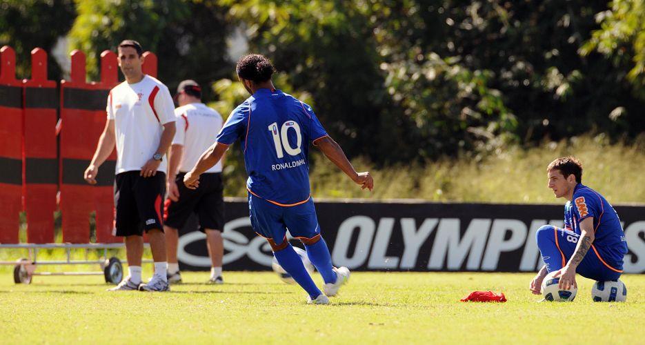 Ronaldinho Gaúcho treina faltas durante o treino do Flamengo antes do clássico contra o Botafogo